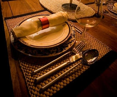 Be a gentleman guest at a home dinner date